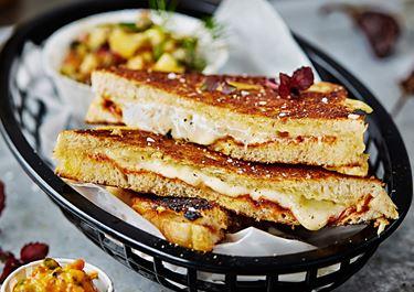 Grilled cheese med mojo rojo och persikosalsa