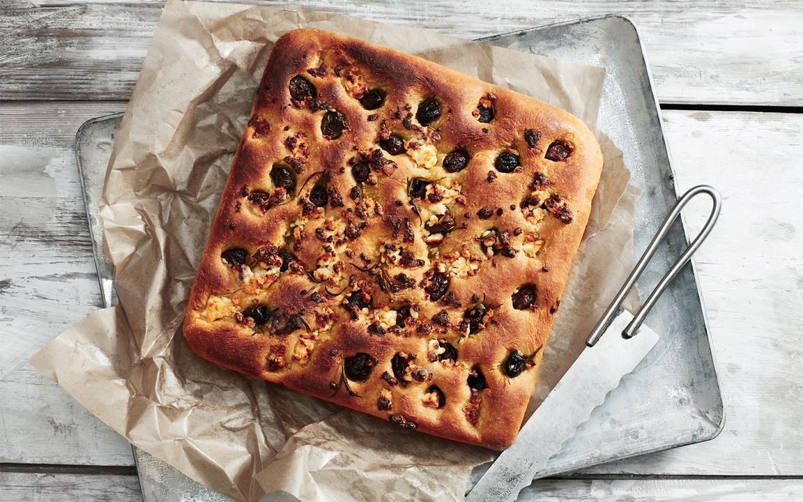Focaccia med polenta, oliver och ost