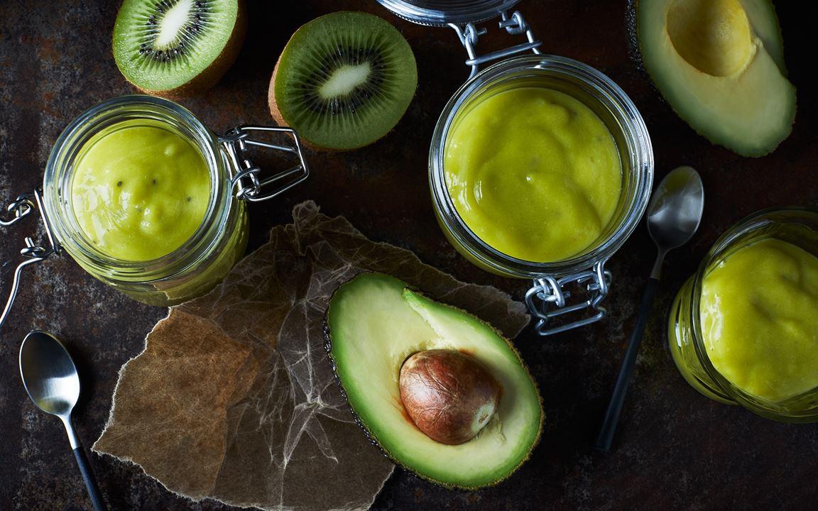 Grön smoothie med avokado och kiwi