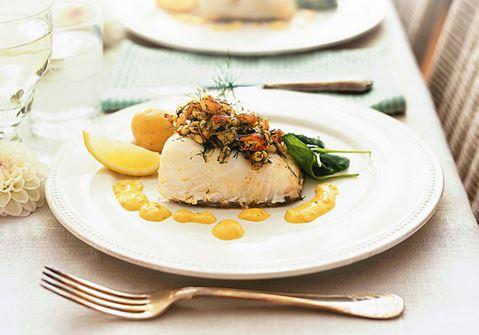Ugnsbakad fisk med kräftor och pinje