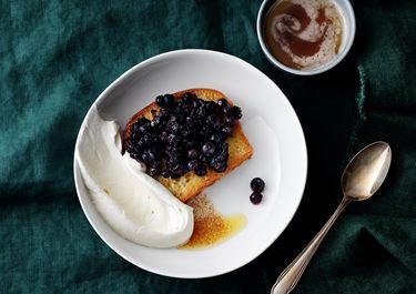 Sockerkaka på brynt smör, varma blåbär och punschgrädde