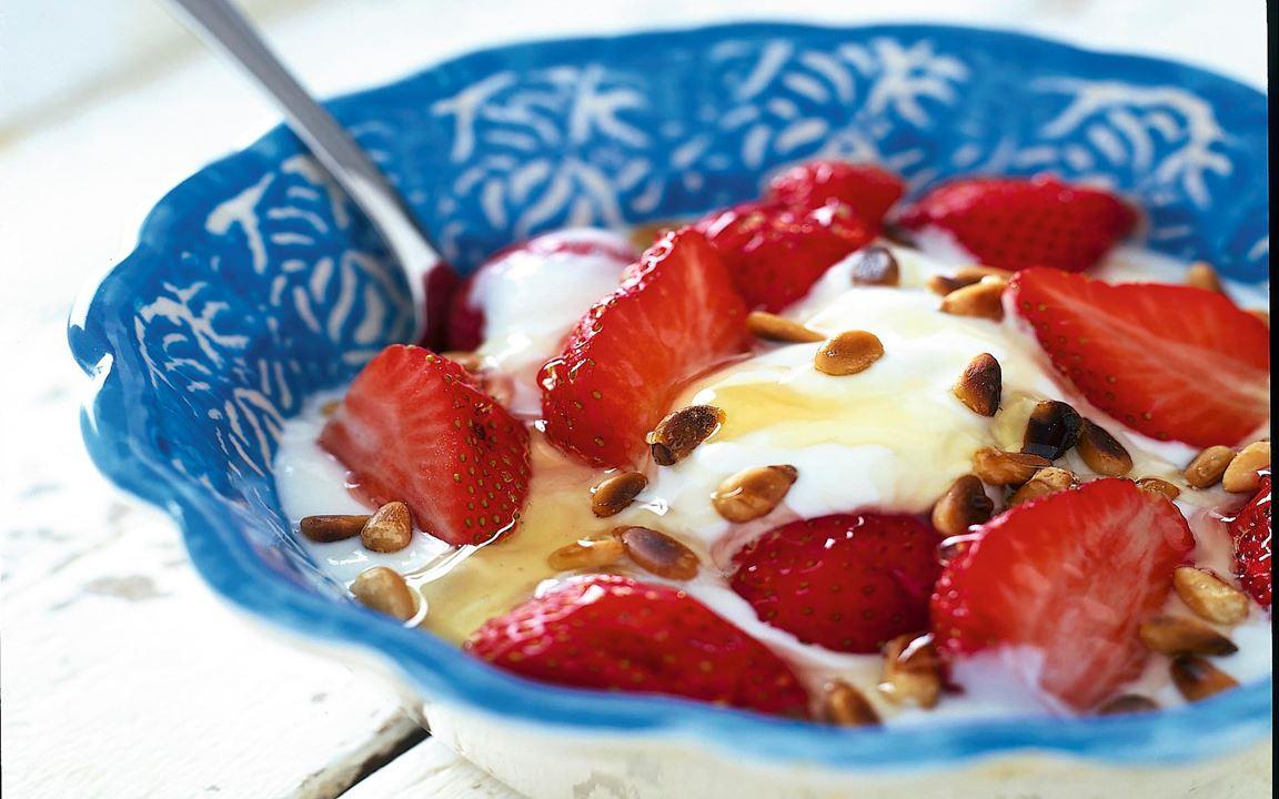 Yoghurt med jordgubbar och honung