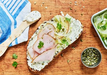 Surdegssmörgås med vitlöks- och örtfärskost, kalkon samt fänkåls- och äppelsallad