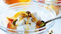 Yoghurtgrädde med frukt och honungsnötter
