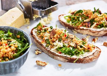 Färskostsmörgås med honungsmarinerade linser och valnötter
