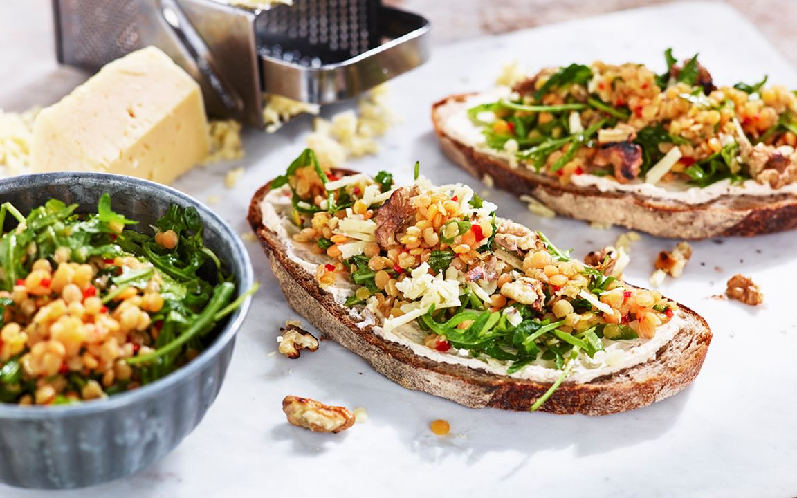 Färskostsmörgås med getost, honungsmarinerade linser och valnötter