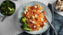Spaghetti med linssås och broccolisallad