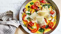 Omelett med ost, spenat och paprika