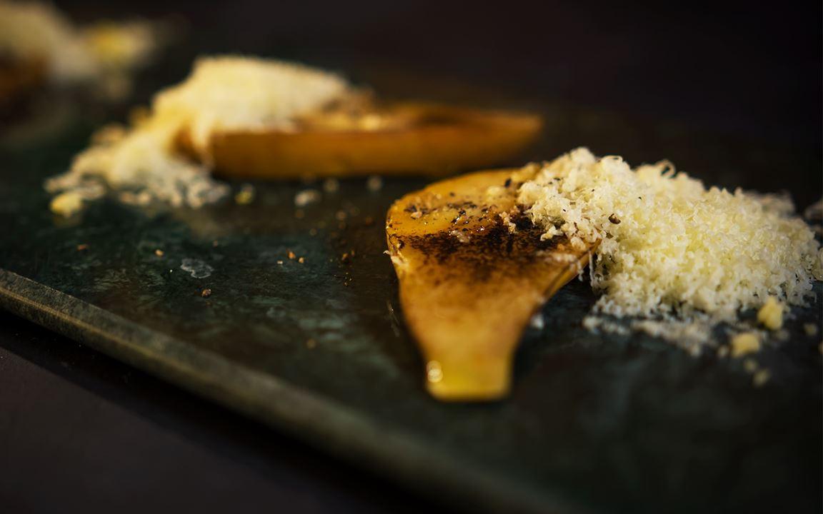 Mogna päron med svartpeppar, honung och riven Svecia (Årets Kock)