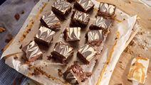 Chokladkaka med kolasmet och marmorerad topping