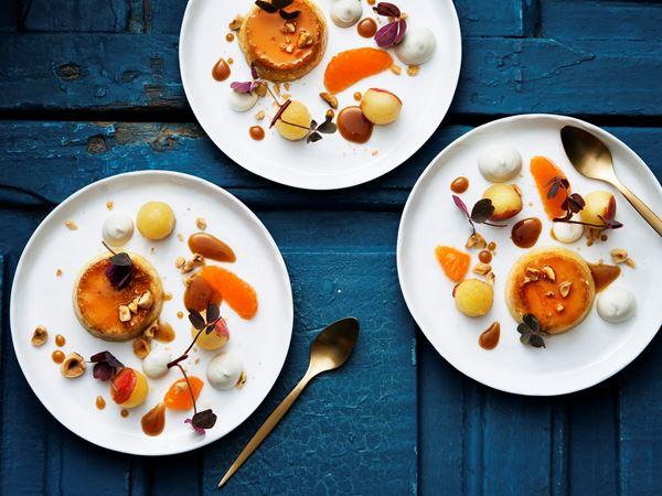 Crème caramel med hasselnötter och flamberade äpplen