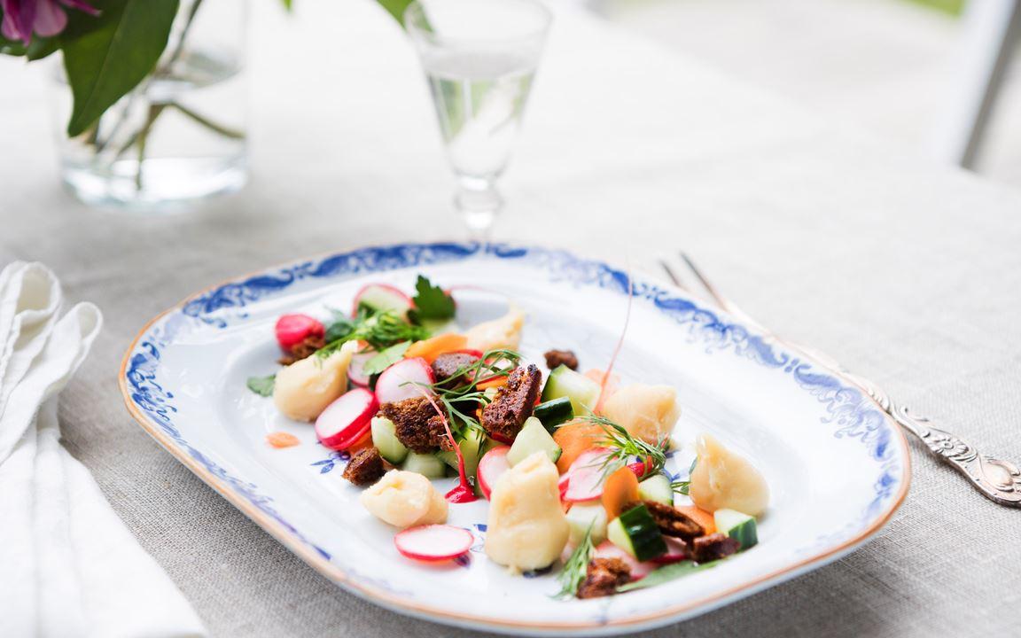 Sveciakräm med snabbpicklade grönsaker och stekt kavring