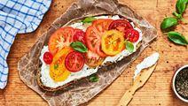 Smörgås med rucola- och pestofärskost, blandade tomater och basilika
