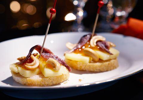 Pinchos med ost och sardeller