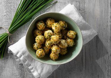 Ostbollar med cheddar och gräslök