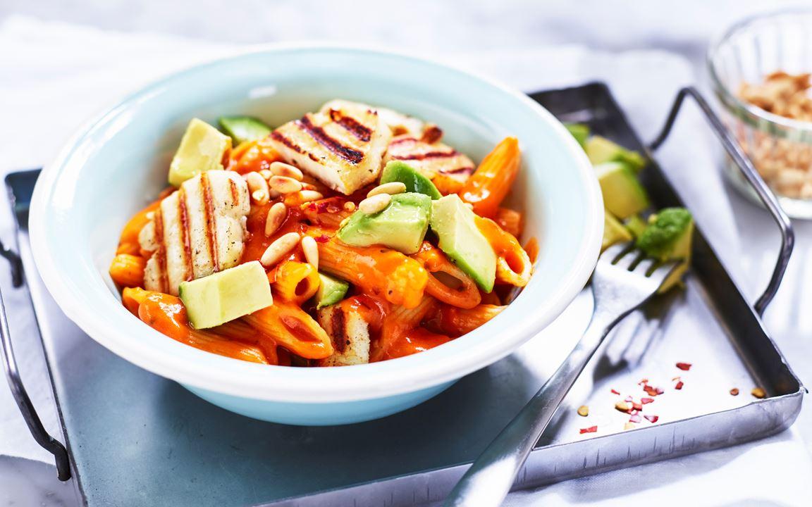 Tomatpasta med halloumi och avokado