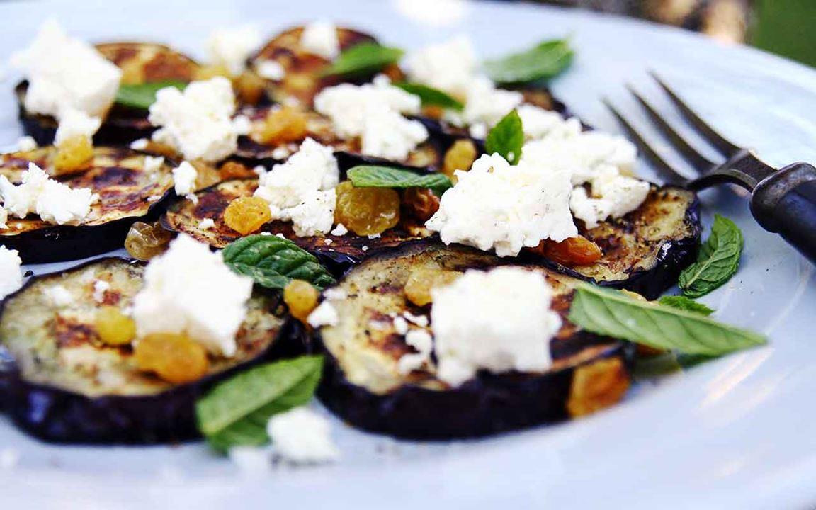 Grillad aubergine med mynta, russin och pinjenötter