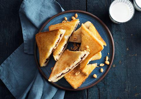 Toast med nötcreme banan och jordnötter