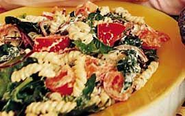 Pastasallad med tomater, ägg och spenat
