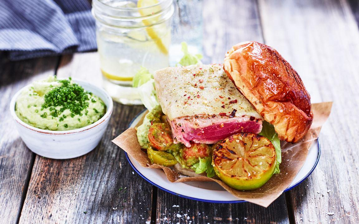 Grillad tonfisk med salsa fresca och avokadokräm