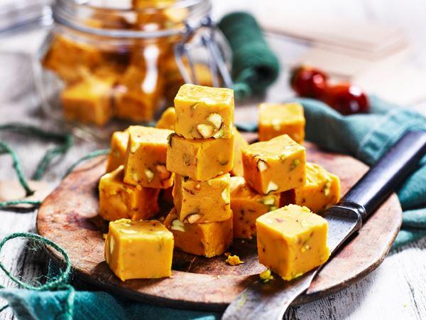 Saffransfudge med pistagenötter