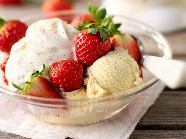 Jordgubbar, glass och grädde