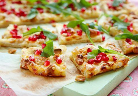 Pizza med ost och nötter