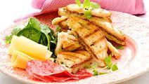 Toast med pesto och salami