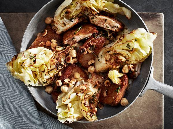 Stekt kycklinglår med spetskål och hasselnötter