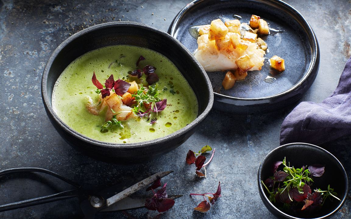 Krämig soppa på persiljerot med torsk och krasse