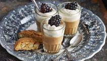 Pannacotta med espresso, lättvispad grädde och björnbär