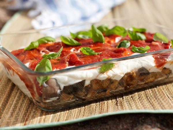 Aubergine med vitlöksyoghurt och tomatsås