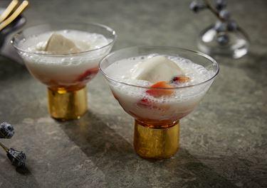 Färskostglass med inkokta äpplen och champagne