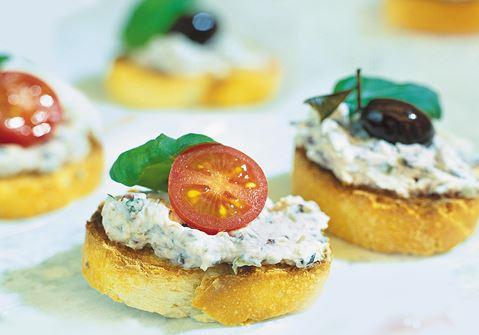 Färskost med oliver på crostini
