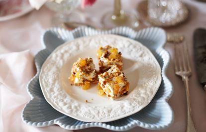 Mousse på ädelost med gula russin och mandel