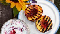 Grillade nektariner med hallongrädde