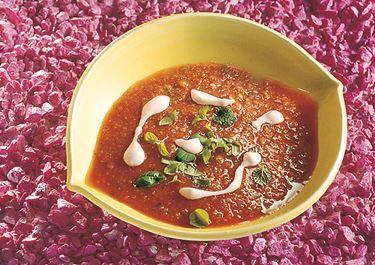 Enkel gazpacho med vitlöksyoghurt