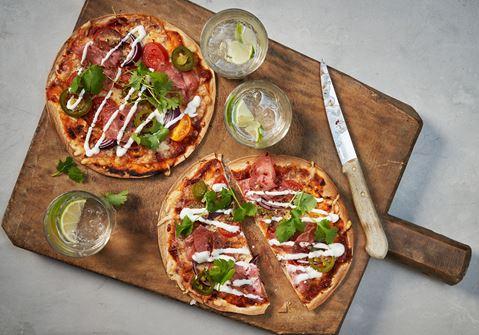 Tortillapizza med jalapeno och gräddfil