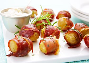 Parmalindad rostad potatis med syrlig sås