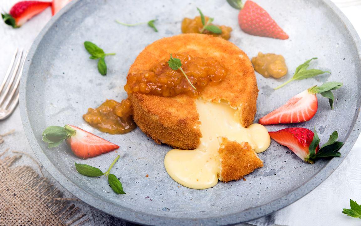 Friterad camembert med hjortronsylt