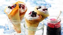 Vaniljstrutar med yoghurtgrädde och vinbär