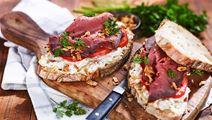Reuben-smörgås med rostbiff & surkålsfärskost