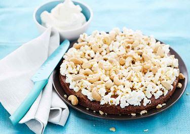 Kladdkaka med popcorn, cashewnötter och kolasås