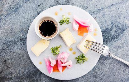 Brie med syrliga grönsaker och soja