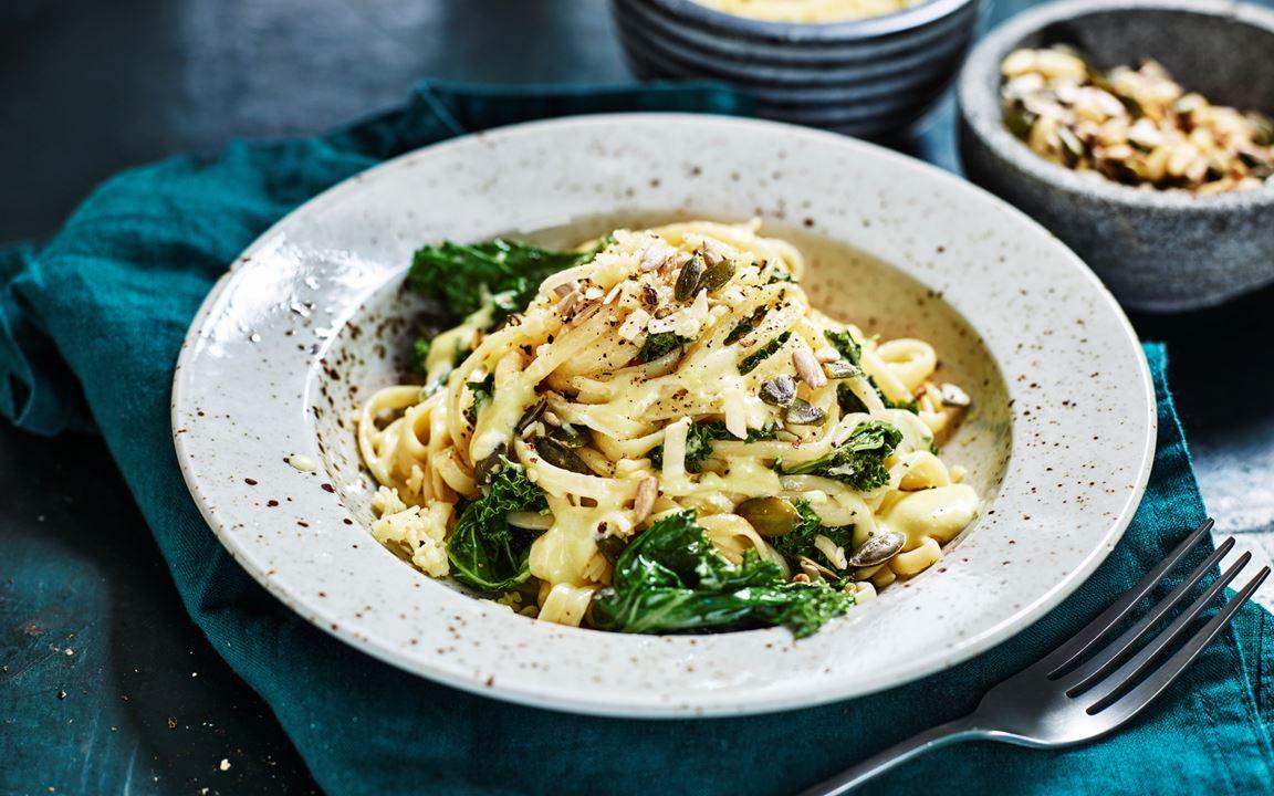 Vegetarisk pasta med grönkål, ost och frön