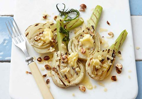 Grillad fänkål med smör och rostade nötter