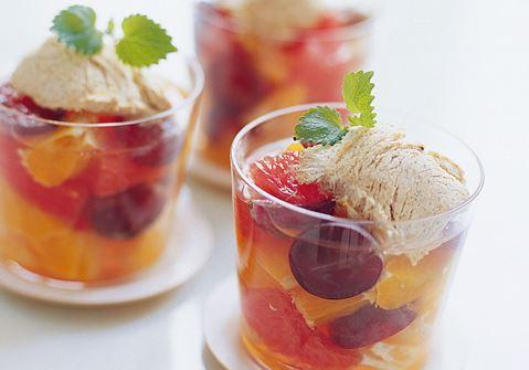 Het fruktsallad med fryst kanelglass