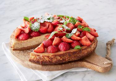 Cheesecake med jordgubbar och rabarber