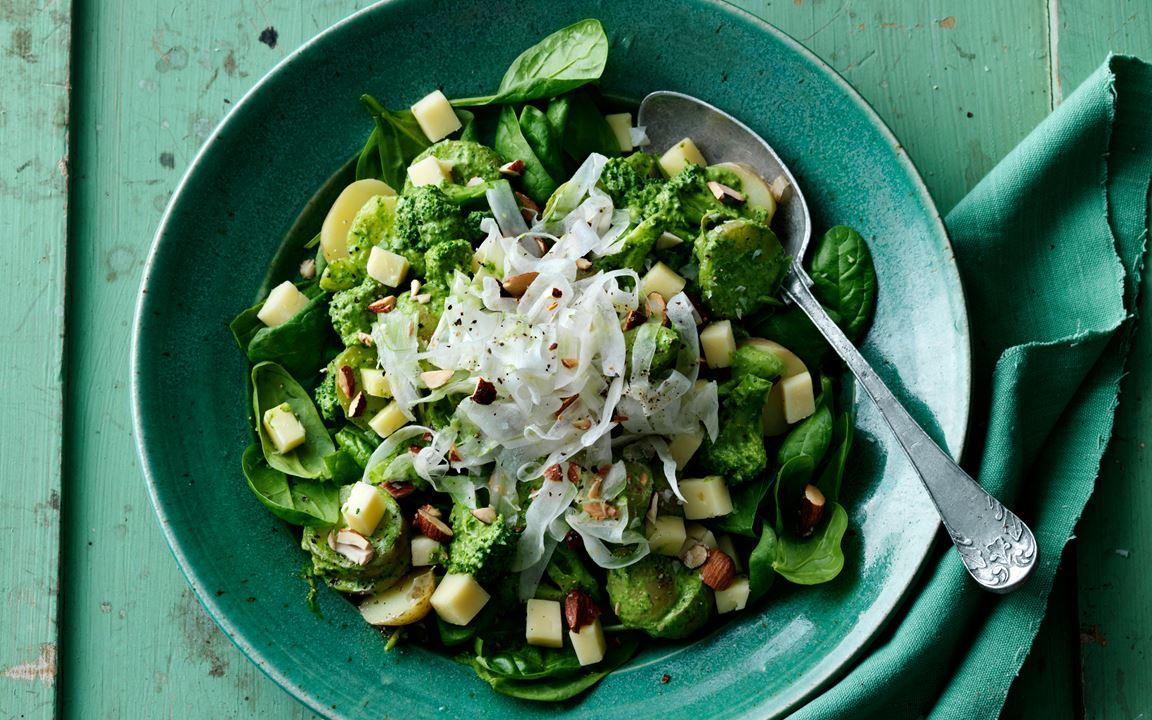 Potatissallad med grön dressing och cheddarost