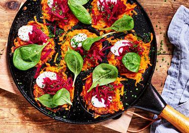 Sötpotatisfritters med gräddfil och syrad rödbeta